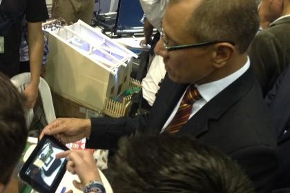 """Vicepresidente de la República Jorge Glass utilizando la aplicación """"History 3D AR"""""""