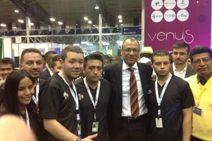 Estudiantes y representantes de la UPS junto al Vicepresidente de la República Jorge Glass